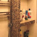 Вариант отделки полки ванной мозаикой
