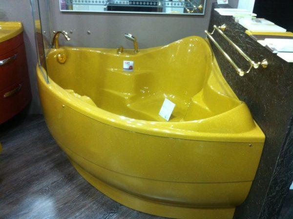 Сидячая ванна углового типа в желтом цвете