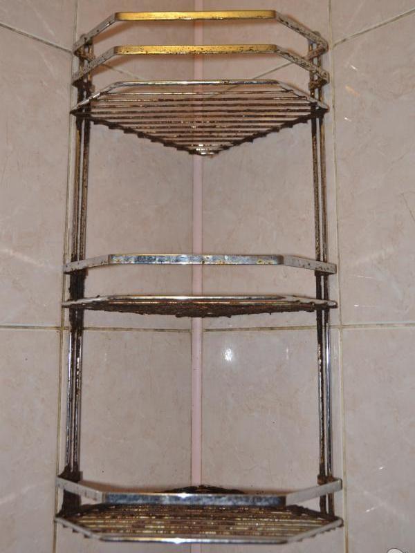 Поржавевшая хромированная этажерка
