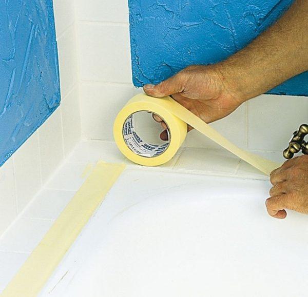 Оклеивание ванны по периметру малярным скотчем