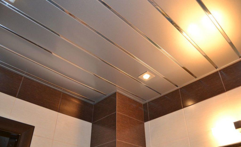 Реечный подвесной потолок в санузле