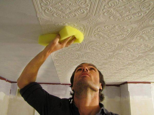 Оклеивание гипсокартонного потолка обоями