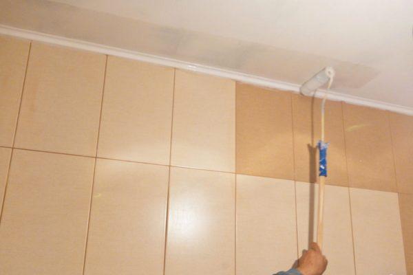 Окрашивание потолка из ГКЛ в санузле