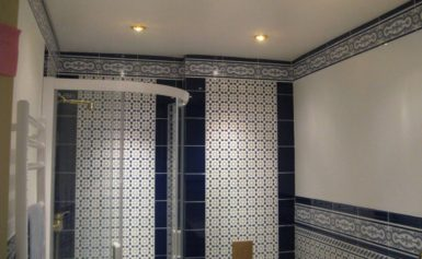 Можно ли делать в ванной натяжной потолок: плюсы и минусы