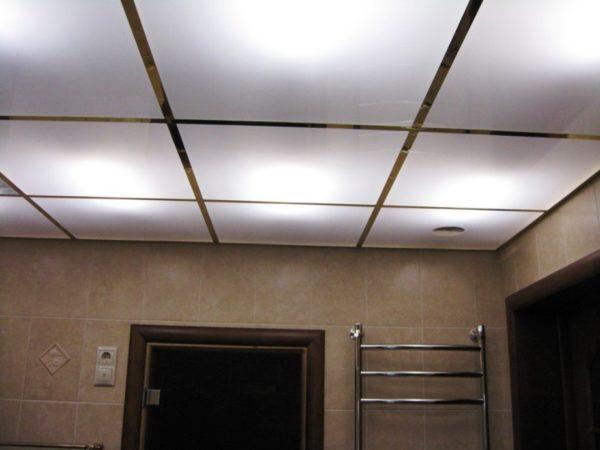 Стеклянный кассетный подвесной потолок в санузле