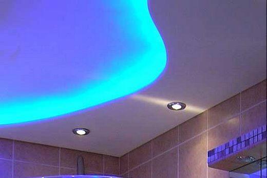Декоративная светодиодная подсветка в потолке из ГКЛ внутри санузла