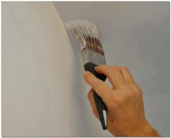Наложение краски в углах потолка