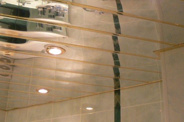 Реечный потолок подвесного типа с отражающим эффектом