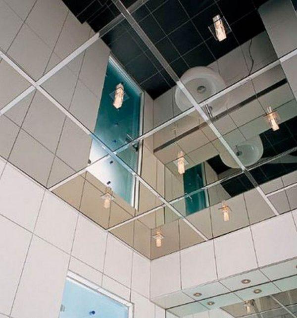 Кассетный зеркальный потолок в санузле