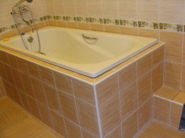 Отделанная кафелем ванна
