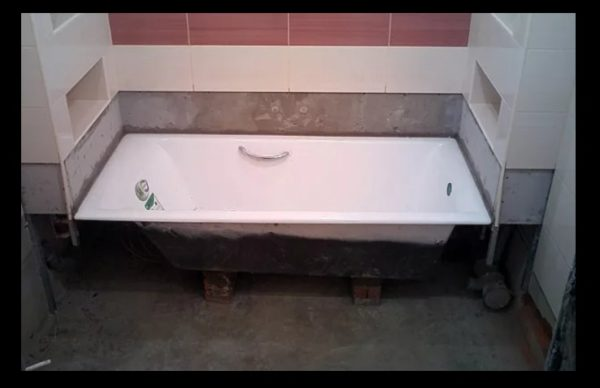 Облицовка санузла, в перегородки которого вмурована ванна