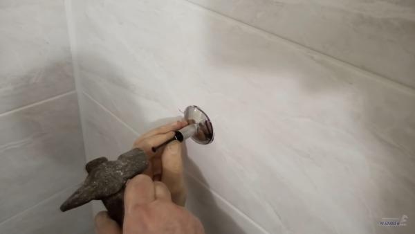 Крепят опоры к стене