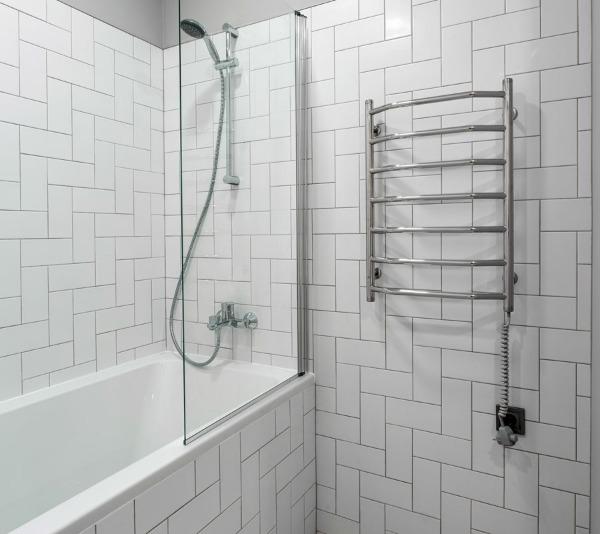 Электрополотенчик в типовой ванной (фото МСталь)